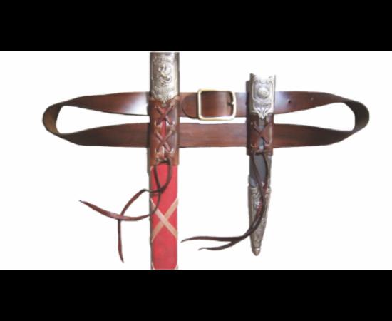 Această curea rigidă de piele poate fi un accesoriu frumos ornamentat pentru două arme - un pumnal şi o sabie. Pumnalul se poartă pe partea opusă sabiei pentru asigurarea contragreutăţii.   1220 mm, 205 g, piele