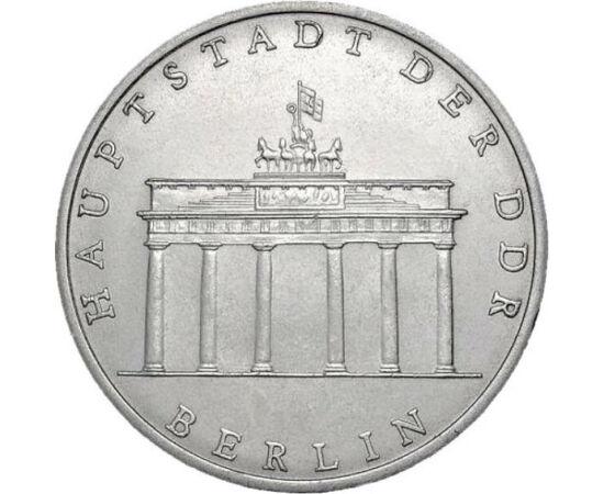 // 5 mărci, Republica Democrată Germană, 1971-1990 // - Poarta Brandenburg este probabil clădirea cu cea mai mare putere simbolică a Europei secolului XX. În epoca războiului rece, fosta graniţă dintre Berlinul de Vest şi cel de Esta fost simbolul diviză