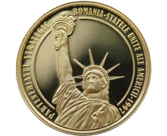 // 100 lei, aur de 900/1000, România, 2017 // - Moneda de aur comemorează aniversarea a 20 de ani de cooperare strategică dintre România şi SUA. Pe aversul monedei este reprezentat Podul de la Cernavodă, reprezentare simbolică a comunicării şi a parteneri