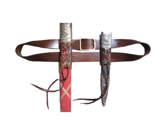 Această curea rigidă de piele poate fi un accesoriu frumos ornamentat pentru două arme - un pumnal şi o sabie. Pumnalul se poartă pe partea opusă sabiei pentru asigurarea contragreutăţii.