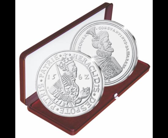 // medalii,  ,  // - Ca ţări vasale, în Moldova şi Ţara Românească nu puteau să se bată bani de aur, ci numai de argint. Moneda de aur era un atribut al suveranităţii incontestabile. Despot Vodă, în timpul scurtei sale domnii, a încercat să introducă în M