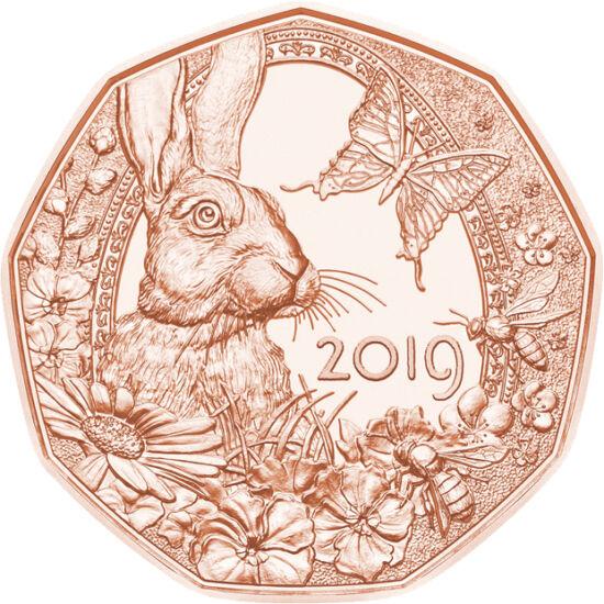 // 5 euro, Austria, 2019 // - De Paşti, monetăria Austriei a făcut colecţionarilor o surpriză. Pe monedă, conturul oului din spatele iepuraşului a fost lăsat plat, nedecorat, pe fundal bogat format din mâţişori, flori, fluture şi un câmp înflorit.