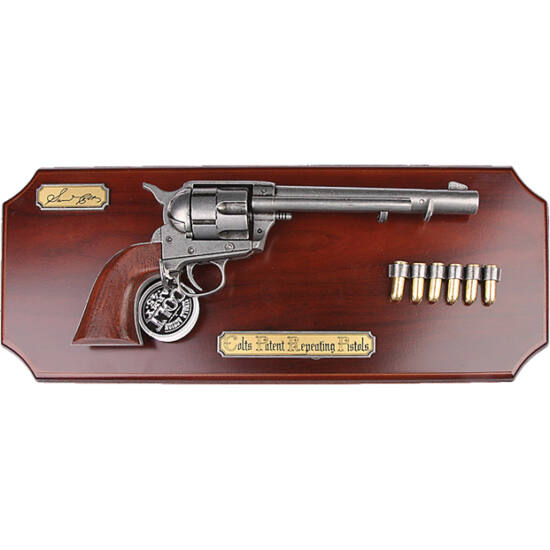 // , ,  // - În anul 1835, fabricantul de arme, Samuel Colt, a brevetat revolverul cu magazie în formă de tambur rotativ, denumit după el. Coltul a fost arma preferată a pistolarilor din Vestul Sălbatic. Arma cu şase cartuşe pe placa de lemn decorativă, e