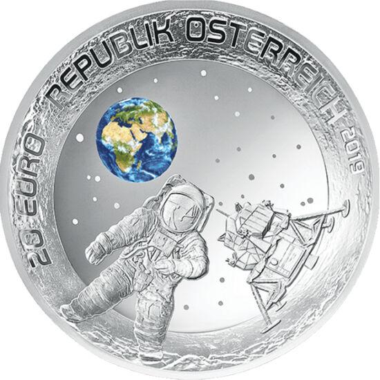 // 20 euro, argint de 925/1000, Austria, 2019 // - La 20 iulie 1969, modulul lunar al navetei spaţiale Apollo-11 a aselenizat cu doi oameni la bord. Cei 50 de ani de la fapta epocală este omagiată prin două monede speciale: cea austriacă este colorată şi